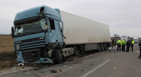 TIR încărcat cu medicamente, lovit frontal de un camion