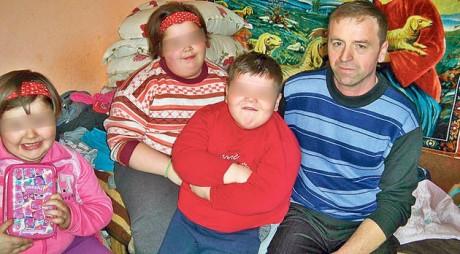 Drama fraţilor obezi din Hunedoara. Mama i-a abandonat, iar medicii se tem pentru viața lor
