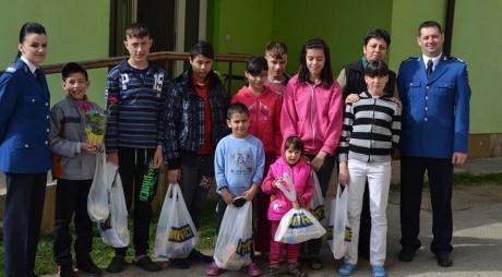 GEST NOBIL. Jandarmii au oferit CADOURI copiilor cu nevoi speciale