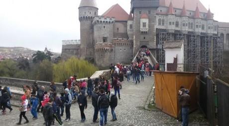 Castelul Corvinilor, luat cu asalt de elevii hunedoreni