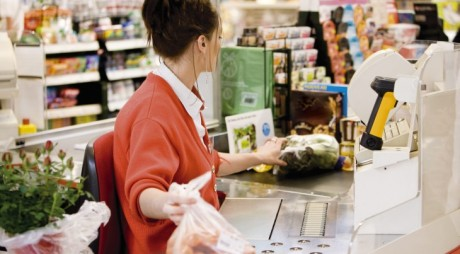 Ce salarii au angajații Auchan, Lidl, Kaufland, Carrefour sau Cora