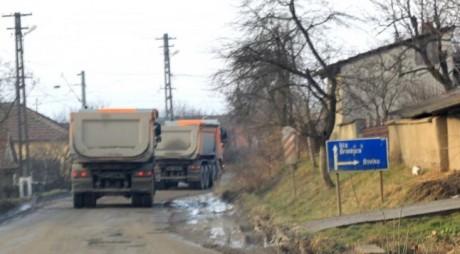 Drum județean stricat de șantierul autostrăzii, reparat de firmele vinovate