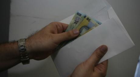 Un polițist a refuzat o ȘPAGĂ de 250 de euro, oferită pentru a face uitat un dosar penal