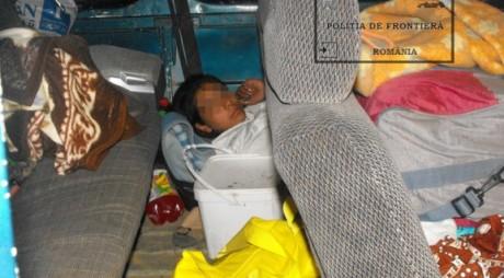 VEST   O adolescentă a încercat sa iasă ilegal din țară ascunsă sub o patură într-un microbuz