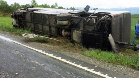 TRAGEDIE RUTIERĂ! Autocar Atlassib lovit în plin de o autoutilitară!