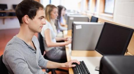 42 de elevi hunedoreni, ajutaţi să-şi cumpere calculatoare