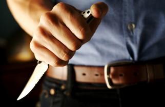 Bătrân tâlhărit de o puștoaică și un bărbat înarmat cu un cuțit