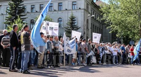 ULTIMA ORĂ. Energeticienii au PROTESTAT în faţa Prefecturii Hunedoara