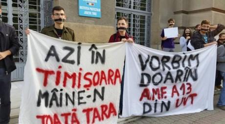 Studenții timișoreni PROTESTEAZĂ în fața Prefecturii