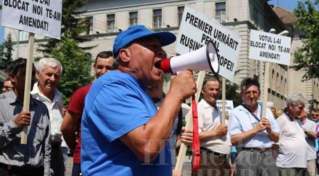 FOTO&VIDEO. Liberalii hunedoreni cer DEMISIA lui Victor Ponta