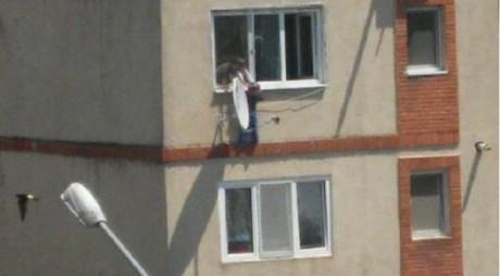 Scene ŞOCANTE! Un băieţel a vrut să se arunce de la etajul 3