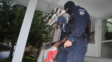 VIDEO. Cinci persoane reținute pentru TRAFIC DE DROGURI