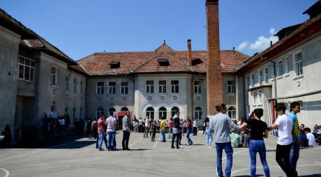 Un liceu din Valea Jiului ANGAJEAZĂ PAZNIC