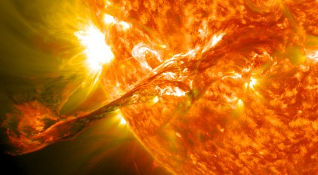 Știai că ACUM Pământul este lovit de CEA MAI PUTERNICĂ FURTUNĂ SOLARĂ din ultimii 10 ani?