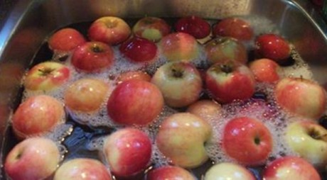 Elimină ușor pesticidele din legume și fructe cu apă și oțet