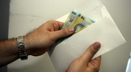 Cine sunt românii care dau mită și ce probleme încearcă să rezolve cu bani