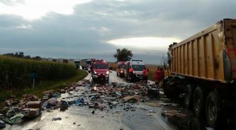 DN7 BLOCAT de două camioane care s-au ciocnit