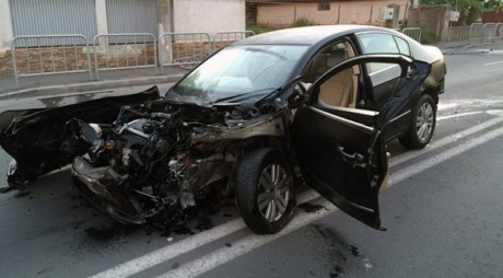 Tânăr în comă de gradul patru, după ce a intrat cu mașina într-un stâlp