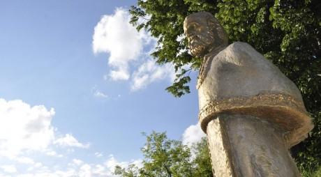 Statuia din bronz a Părintelui Arsenie Boca a fost sfințită