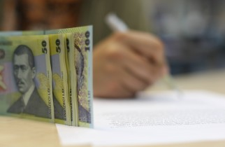 Un sfert dintre români se împrumută pentru a-şi plăti facturile curente