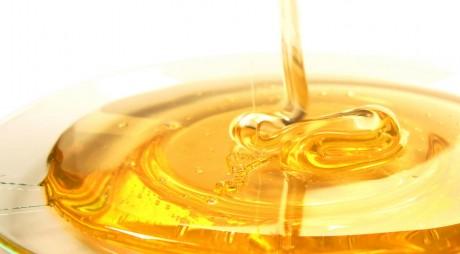 Mierea autohtonă lipsește de pe raftul marilor magazine din țară