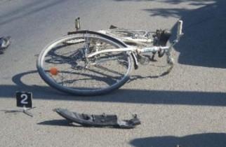 Biciclist în COMĂ după ce a fost izbit în plin de un taxi