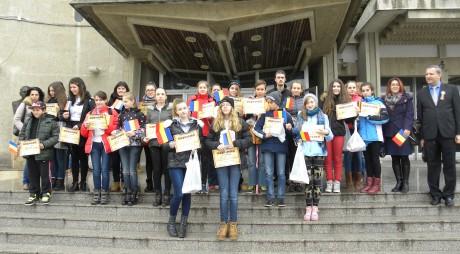 Biblioteca Județeană a sărbătorit în avans, alături de elevi, Ziua Națională a României