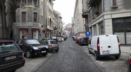 PARCARE INTERZISĂ pe trotuar, dacă nu se lasă liber doi metri pentru pietoni