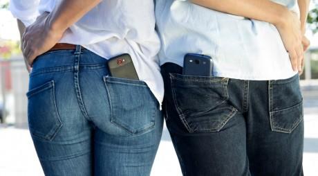 Ții telefonul în buzunar? Iată de ce ar trebui să renunți la acest obicei chiar acum