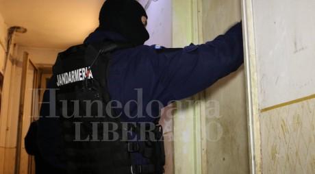 Peste 2.200 euro falși, confiscați de poliție. Percheziții în această dimineață