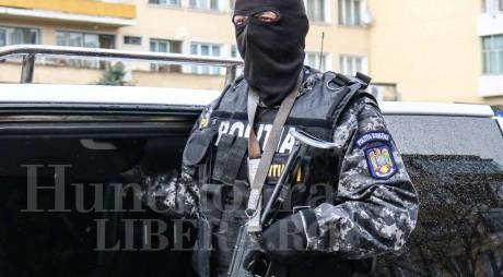 Șase tineri arestați după ce au răpit o tânără din satul Hărău