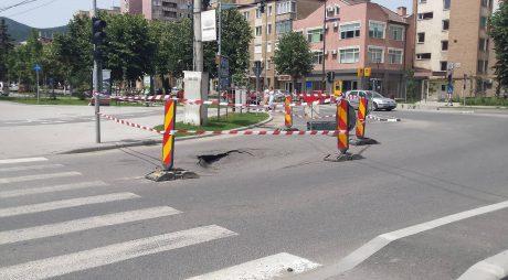 Groapă în asfalt în zona unui canal al APAPROD