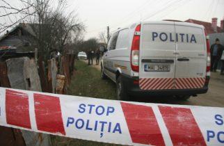 Politistii criminalisti investigheaza zona in care a fost ucis un barbat in varsta de 74 de ani, in localitatea Dobrogostea, judetul Arges, joi, 20 februarie 2014. TUDOR COSTI / MEDIAFAX FOTO