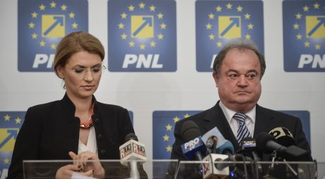 Co-presedintii PNL, Alina Gorghiu si Vasile Blaga sustin un discurs in timpul unei conferinte de presa la sediul PNL din Bucuresti, miercuri, 20 aprilie 2016. PNL a decis miercuri sa-l retraga pe Marian Munteanu din cursa pentru Primaria Capitalei, acesta fiind cel de-al treilea candidat la care renunta formatiunea liberala, la doar o saptamana de la desemnarea lui. Catalin Predoiu, este noul candidat al PNL la Primaria Bucuresti. ANDREEA ALEXANDRU / MEDIAFAX FOTO