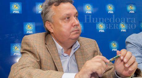 Precizare izolare prefect de Hunedoara în biroul său