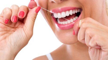 Ce pericole te pândesc dacă nu foloseşti aţă dentară