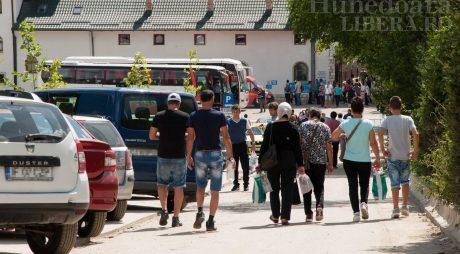 În plin sezon turistic, CJ Hunedoara ÎNCHIDE drumul spre Mănăstirea Prislop