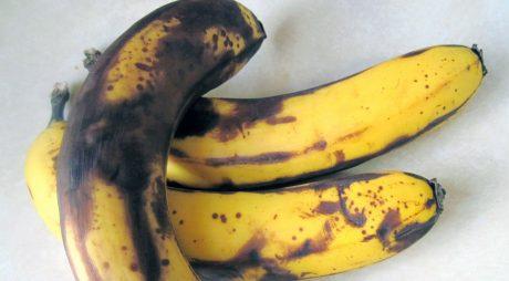 Atenție! Ce se întâmplă dacă mâncați banane cu pete maronii sau coaja neagră