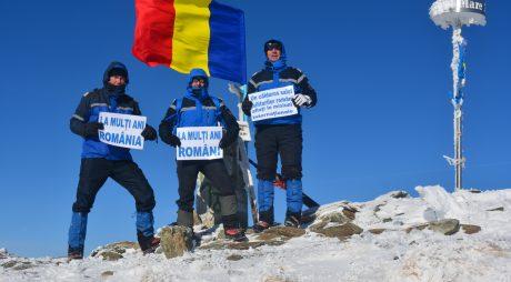 Drapelul României, arborat de jandarmi pe Vârful Parângu Mare