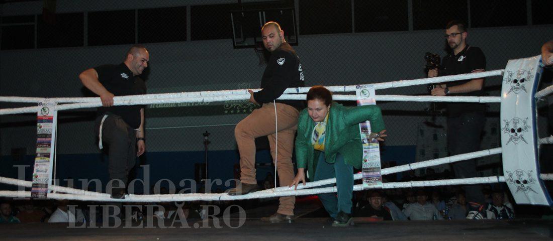 Carmen Hărău, huiduită după ce a apărut la Gala Fight 4 Pride!