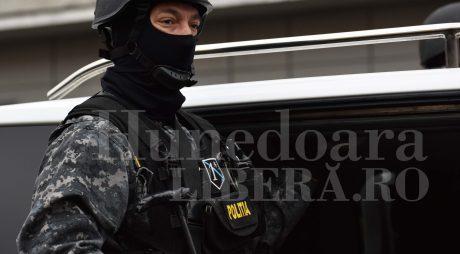 Polițist tăiat cu SABIA în timpul unor percheziții
