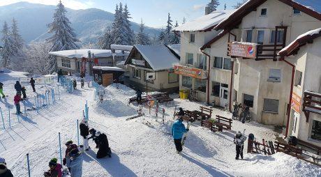 Zăpadă de 10 centimetri în masivele montane din județ