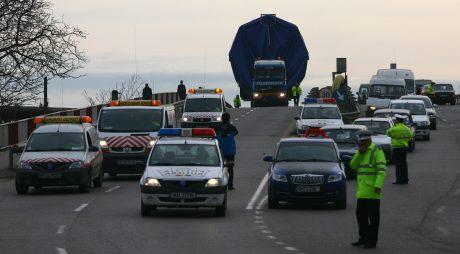 Un transport agabaritic tranziteaza municipiul Buzau cu destinatia Braila, miercuri, 25 noiembrie 2009. Doi recipienti petrolieri de 100 si respectiv 80 de tone, produse la o societate din Buzau, sunt transportate pe cale rutiera catre portul Braila, avind ca destinatie finala Grecia. CIPRIAN STERIAN / MEDIAFAX FOTO