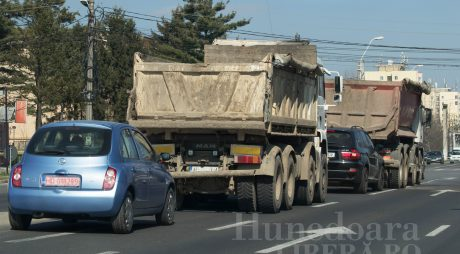 Circulaţie îngreunată pe DN7 Râmnicu Vâlcea – Sibiu. Traficul pe calea ferată este întrerupt