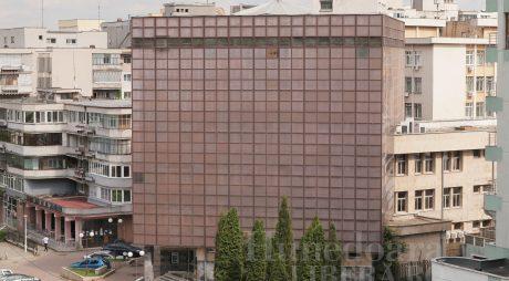 NEWS ALERT: Un bărbat a căzut de la înălțime de pe sediul BCR din Deva