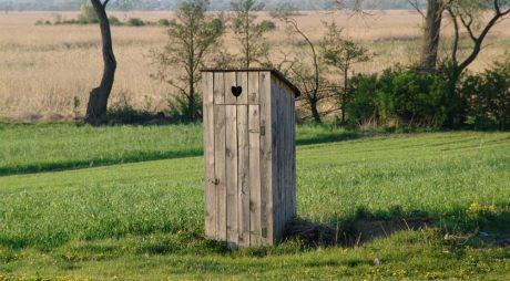 10 milioane de români trăiesc cu toaleta în curte și se spală la lighean