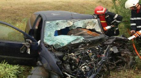 FOTO | Accident MORTAL. O mașină a intrat frontal într-un tir