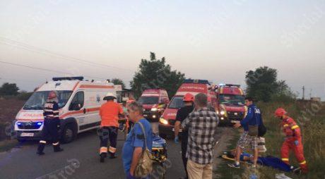 NEWS ALERT: 2 morți și 10 răniți, în urma impactului între un autocar și un microbuz