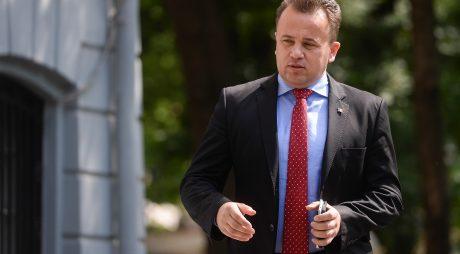 Ministrul delegat pentru Dialog Social, Liviu Pop, soseste la sedinta Biroului Permanent National al PSD, in Bucuresti, luni, 18 mai 2015. DRAGOS SAVU / MEDIAFAX FOTO