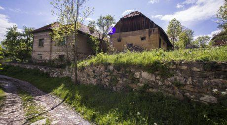 Județul Hunedoara, satul Alun: un singur locuitor şi un drum de 10 km din marmură